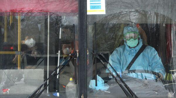 Автобус с гражданами КНР едет в центр наблюдения на базе санатория Бодрость в Свердловской области