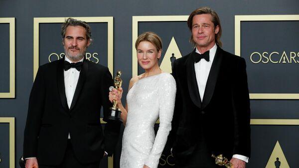 Хоакин Феникс, Рене Зельвегер и Бред Питт на церемонии вручения премии Оскар