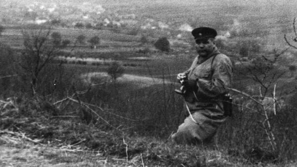 Маршал Советского Союза Р.Я. Малиновский на наблюдательном пункте. Чехословакия, деревня Крепице у г. Брно, апрель 1945 г.
