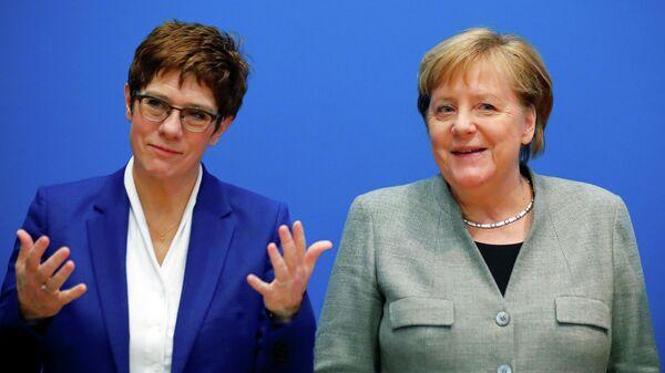 Лидер Христианско-демократического союза Аннегрет Крамп-Карренбауэр и канцлер Германии Ангела Меркель на заседании правления ХДС в штаб-квартире партии в Берлине