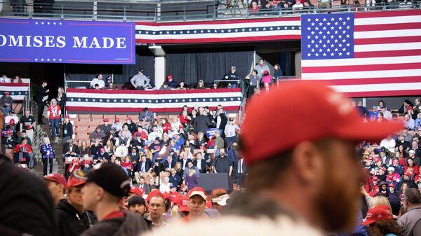 Сторонники президента США Дональда Трампа во время его предвыборного выступления в штате Нью-Гэмпшир