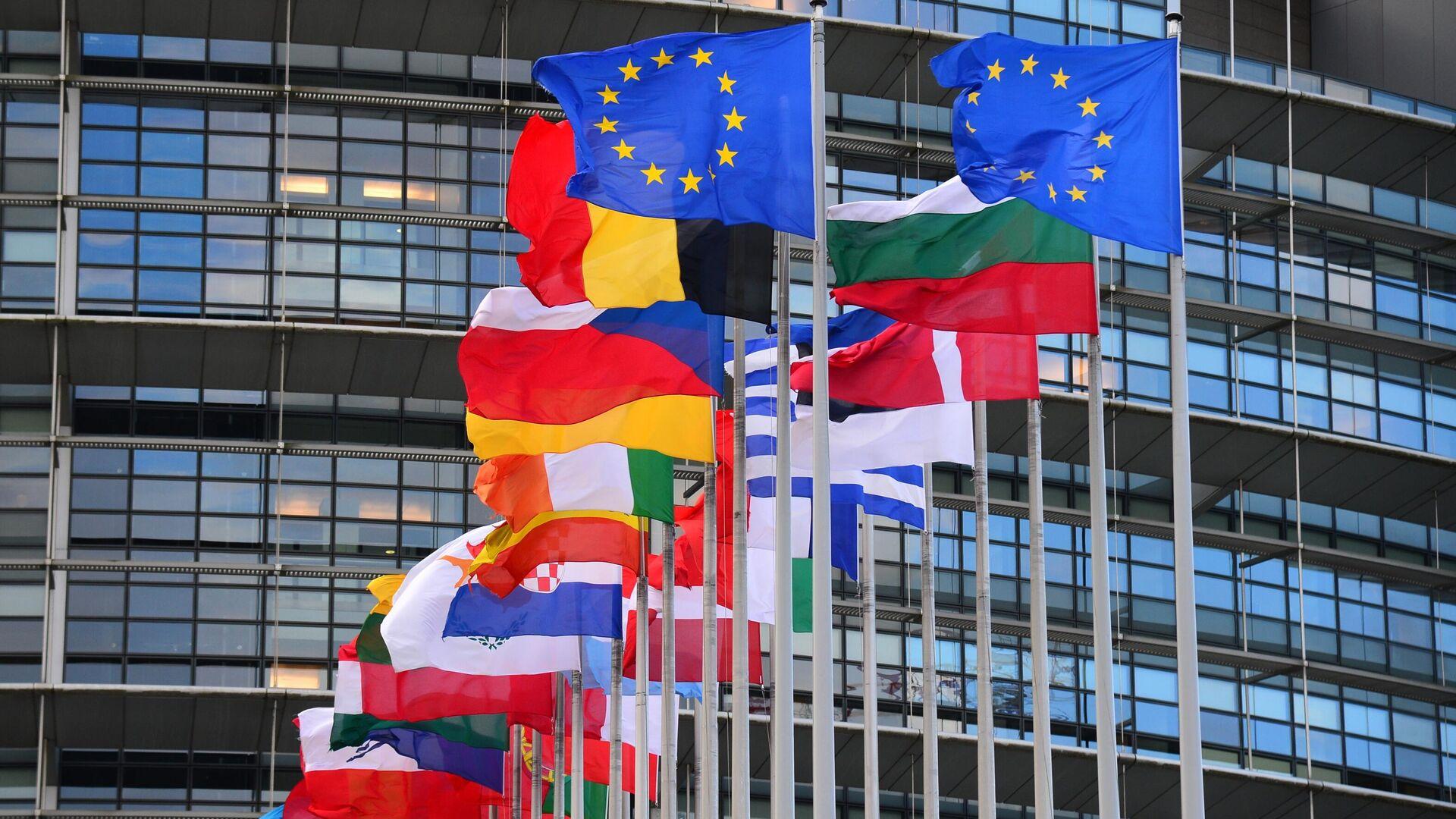 Флаги стран Евросоюза перед главным зданием Европейского парламента в Страсбурге - РИА Новости, 1920, 29.04.2021