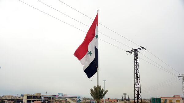 Сирийский флаг в освобожденном от боевиков городе Мааррат-эн-Нууман