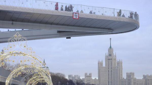 Москворецкая набережная и Парящий мост в парке Зарядье
