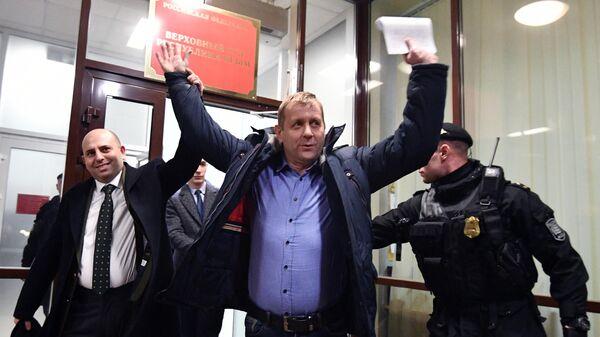 Владелец парка сафари-парка Тайган Олег Зубков и адвокат Арман Петросян после рассмотрения апелляционной жалобы в Верховном суде Крыма