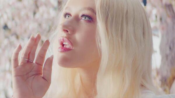 Стоп-кадр из клипа на песню A Great Big World - Fall On Me певицы Кристины Агилеры