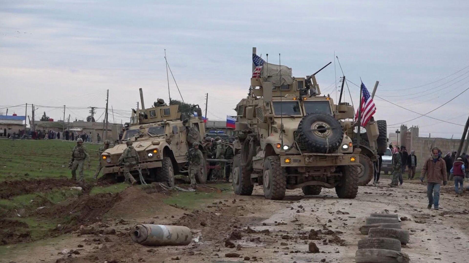 Военный конвой США в районе города Эль-Камышлы в Сирии - РИА Новости, 1920, 24.12.2020