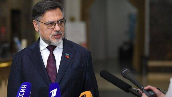 Полномочный представитель ЛНР Владислав Дейнего выступает перед журналистами после заседания контактной группы по урегулированию ситуации на востоке Украины в Минске
