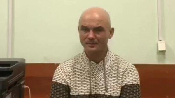 Виктор Гаврилов, обвиняемый в оставлении своих малолетних детей в аэропорту Шереметьево, во время допроса в отделении Следственного комитета. Скриншот видео