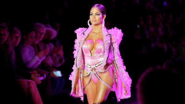 Модель на показе в рамках Недели моды в Нью Йорке