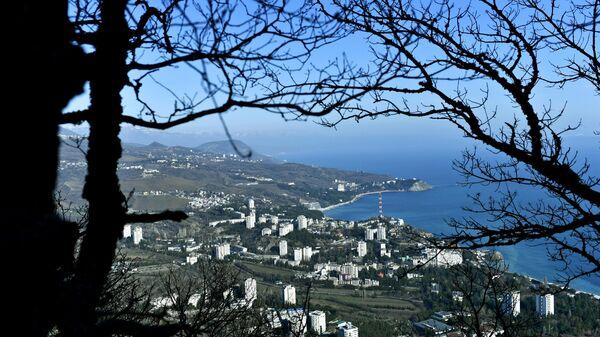 Вид на поселок Партенит на побережье Черного моря в Крыму