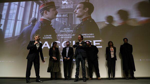 Режиссер Роман Полански с актерами после просмотра своего последнего фильма  Офицер и шпион