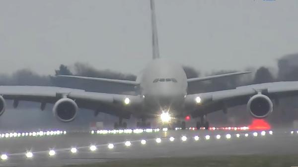 Экстремальная посадка Airbus A380 в британском аэропорту Хитроу
