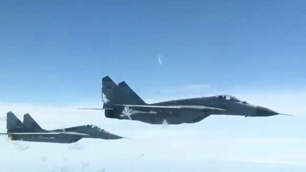 Истребители МиГ-29 ВВС Сербии сопровождают почетным эскортом самолет российского министра обороны Сергея Шойгу, прибывшего в Сербию с рабочим визитом. Стоп-кадр видео