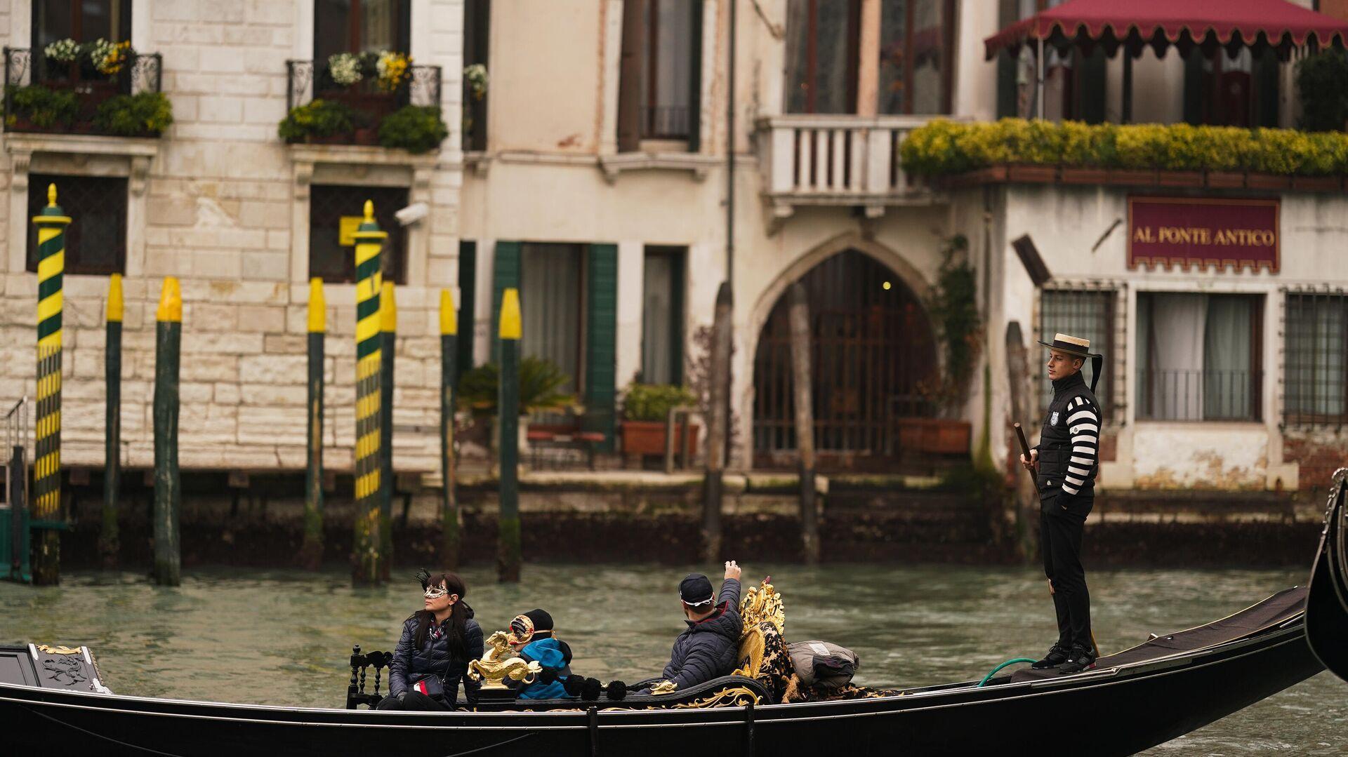 Туристы катаются в гондоле по каналам Венеции - РИА Новости, 1920, 20.04.2021