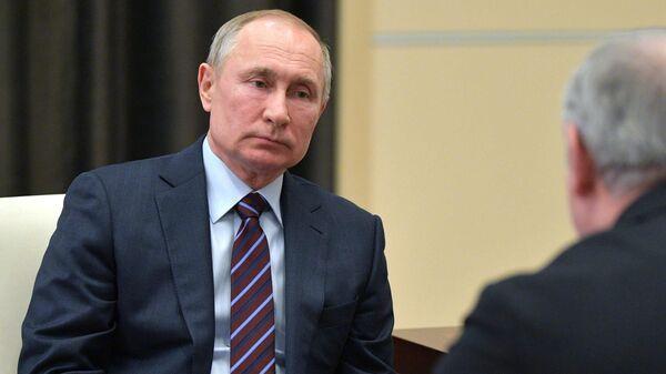 Президент России Владимир Путин во время встречи с главой фракции Единая Россия в Государственной думе Сергеем Неверовым