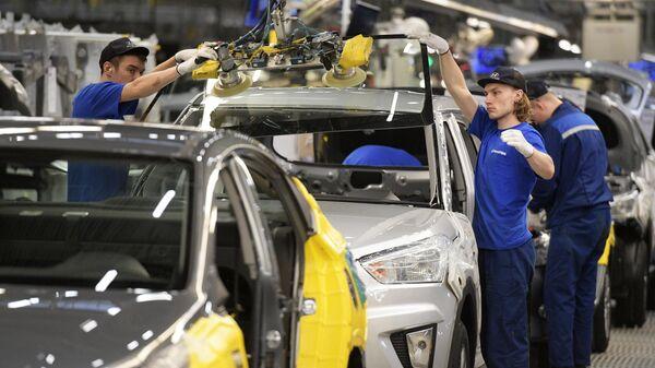 Рабочие в сборочном цехе на заводе Hyundai в Санкт-Петербурге