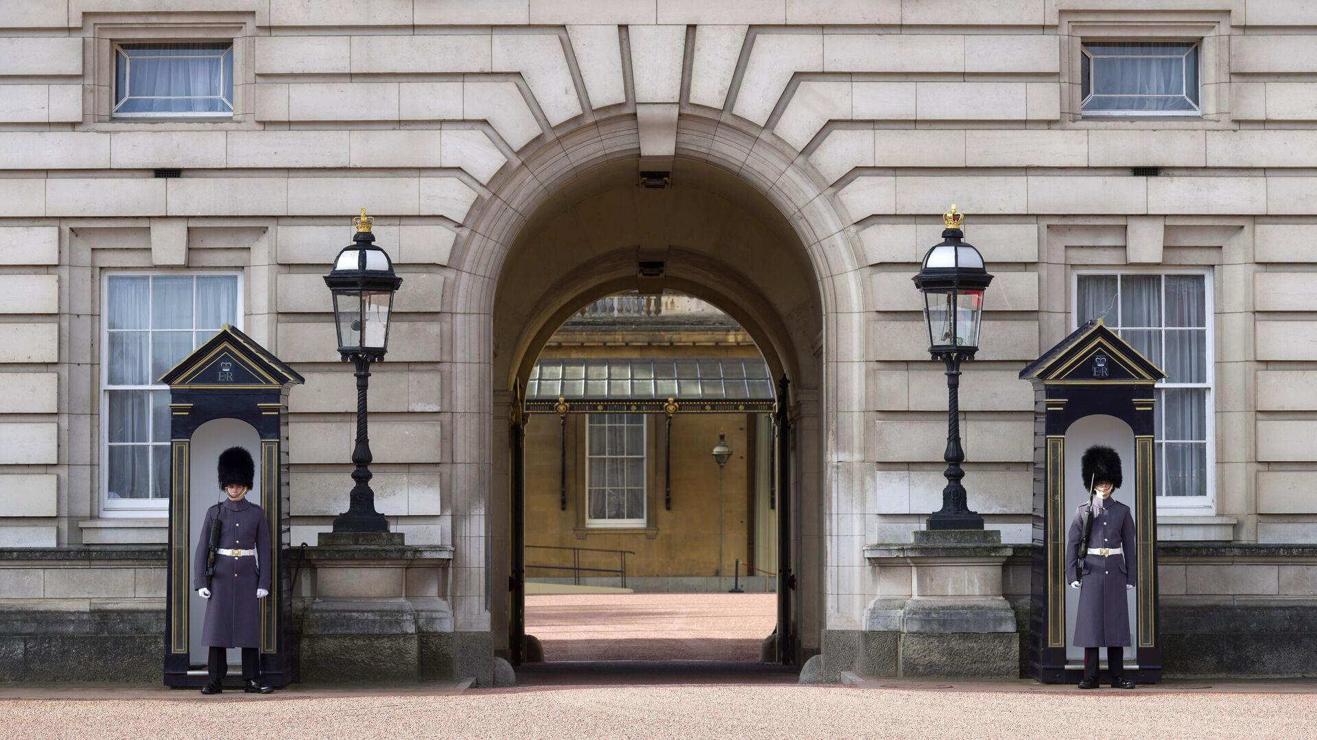 Гвардейцы у входа в Букингемский дворец в Лондоне - РИА Новости, 1920, 10.04.2021