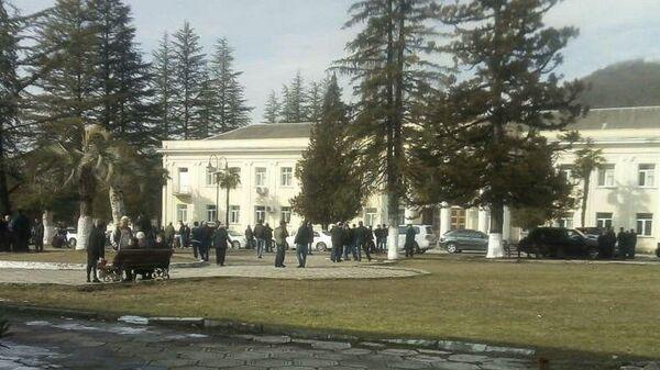 Акция протеста у администрации города Ткуарчал, Абхазия