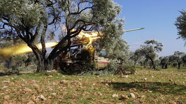 Боевики, поддерживаемые Турцией, ведут обстрел сирийских правительственных сил в провинции Идлиб