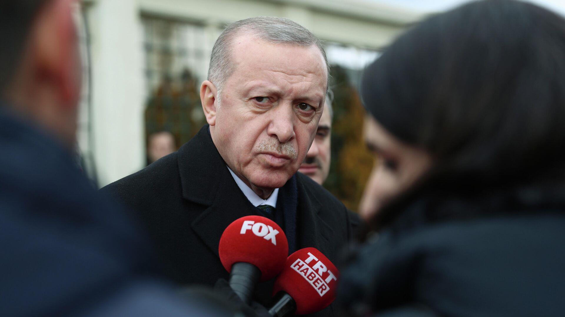 Президент Турции Реджеп Тайип Эрдоган во время беседы с журналистами  - РИА Новости, 1920, 29.09.2020