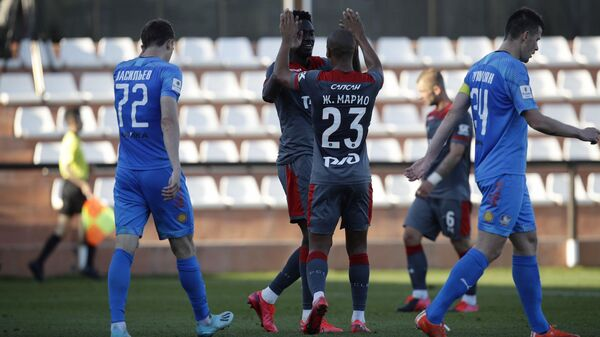 Футболисты Локомотива радуются забитому голу