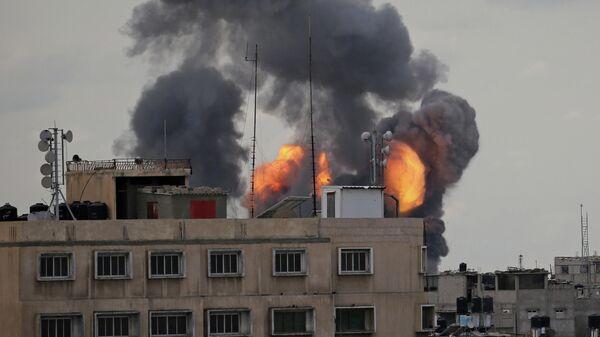 Пламя и дым  поднимаются с земли во время израильского воздушного удара в южной части сектора Газа. 24 февраля 2020
