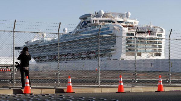 Круизный лайнер Diamond Princess в порту Йокогама, Япония