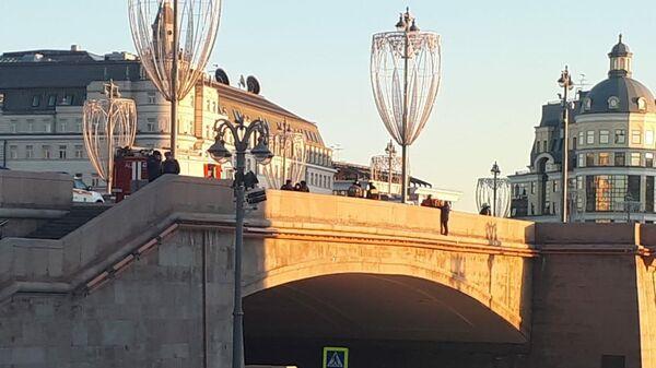 Мужчина угрожает прыгнуть с Большого Москворецкого моста. 25 февраля 2020