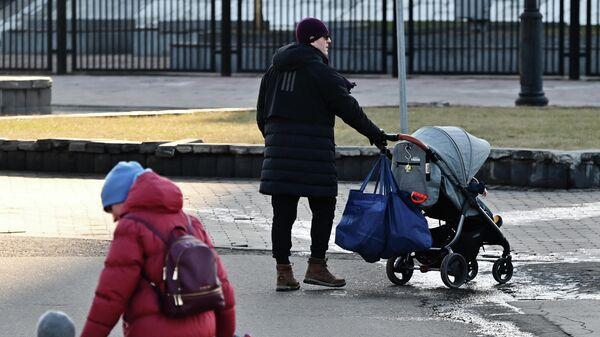 Семья во время прогулки