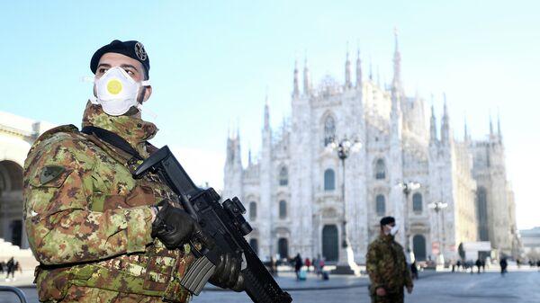 Военные в защитных масках возле закрытого собора Дуомо в Милане