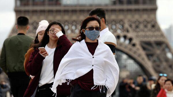 Женщина в медицинской маске в Париже