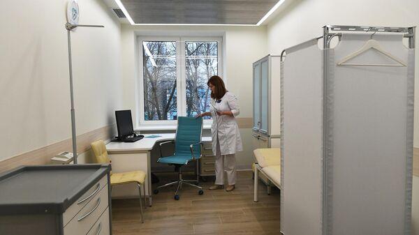 Медицинский работник в шоу-руме поликлиники нового образца на территории диагностического центра №5 в Москве