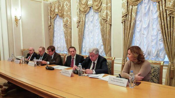Участники брифинга в Доме Российского исторического общества