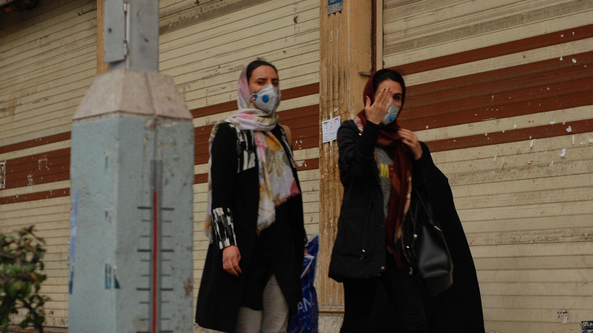 Люди в медицинских масках на улице столицы Ирана города Тегеран - РИА Новости, 1920, 26.09.2020