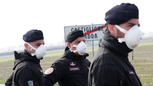 Карабинеры на въезде в закрытый на карантин город Кастильоне-д'Адда