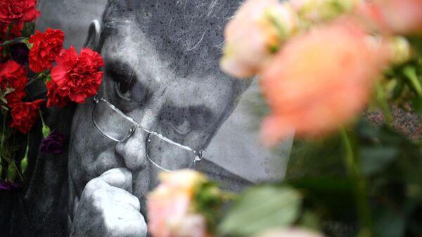 Цветы и портрет политика Бориса Немцова на Большом Москворецком мосту в Москве