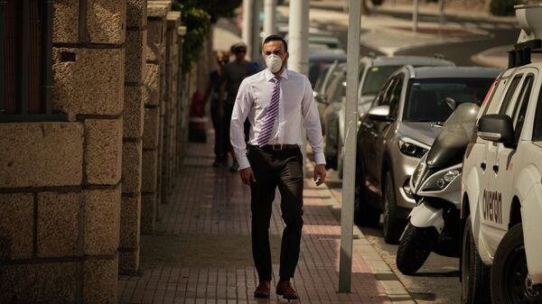 Мужчина в маске в Ла Калета, Тенерифе