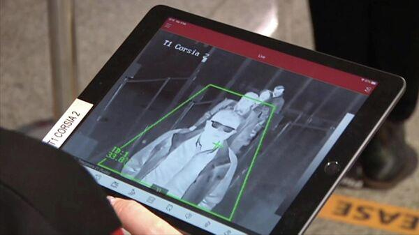 Проверка температуры пассажиров в аэропорту Фьюмичино в Риме