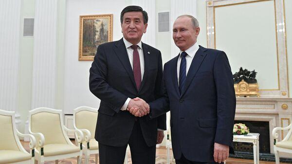 Владимир Путин и президент Киргизии Сооронбай Жээнбеков во время встречи