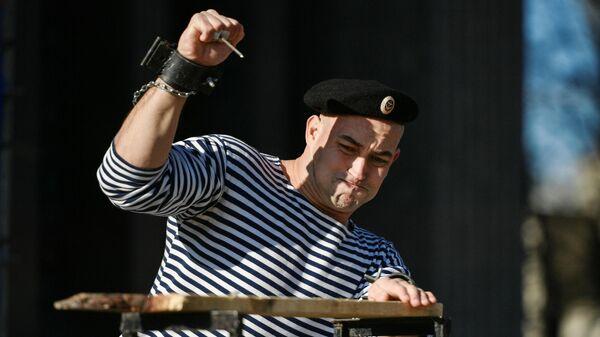 Участник силовых соревнований во время празднования Дня защитника Отечества в Симферополе