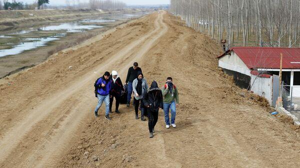 Группа сирийских мигрантов на турецко-греческой границе недалеко от города Эдирне
