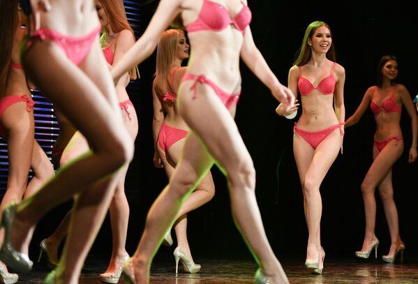 Участницы конкурса Севастопольская красавица 2020 во время финала на сцене Севастопольского центра культуры и искусств