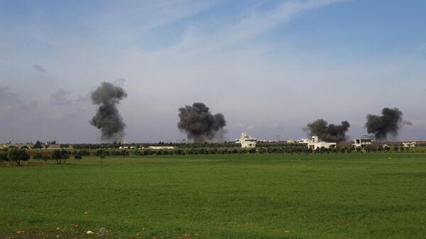Дым поднимается после авиаударов по городу Саракеб в провинции Идлиб
