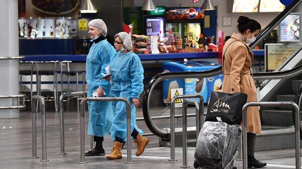 Пассажир в терминале F в международном аэропорту Шереметьево имени А. С. Пушкина в Москве