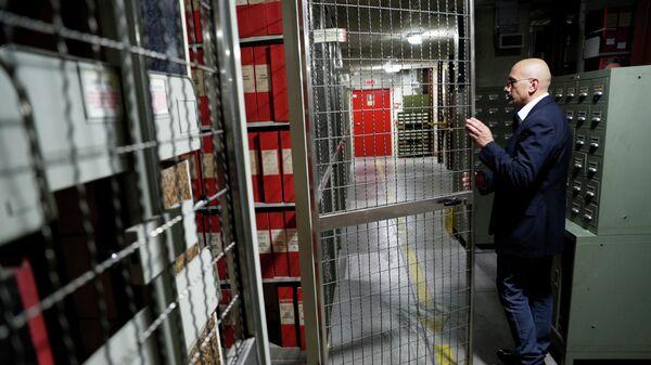 Мужчина открывает дверь, где хранятся архивы документов о понтификате Пия XII