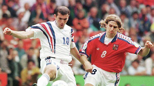 Слева направо: Зинедин Зидан (Франция) и Карел Поборски (Чехия) в полуфинальном матче ЕВРО-1996