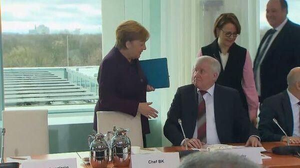 Министр внутренних дел Германии отказался пожать руку Ангеле Меркель