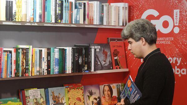 Посетитель международной ярмарки интеллектуальной литературы Non/fiction в ЦДХ