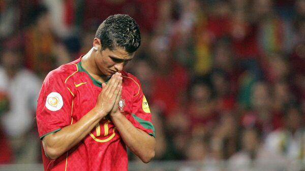 Криштиану Роналду после поражения от сборной Греции в финале ЕВРО-2004
